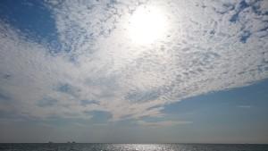 Niebo i słońce nad morzem w Gdyni