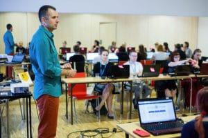 Marcin Skrabka tłumaczy platformę ActionTrack na szkoleniu
