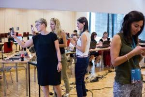 Bibliotekarze grają w grę mobilną w Opolu