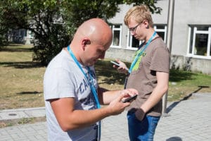 Dwie osoby grają w grę miejską w Opolu