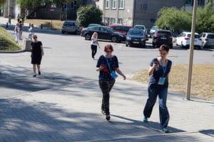 Ludzie na ulicy grają w grę miejską w Opolu