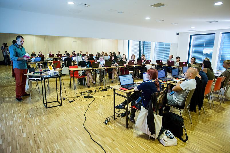 Uczestnicy szkolenia testują możliwości platformy ActionTrack