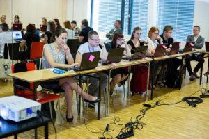 Skupione osoby przy komputerach tworzą grę w Opolu