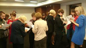 Uczestnicy konsultują ze sobą swoje plany i strategie