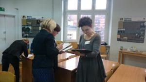 Uczestnicy uzupełniają ankiety o potrzebach kadr bibliotecznych