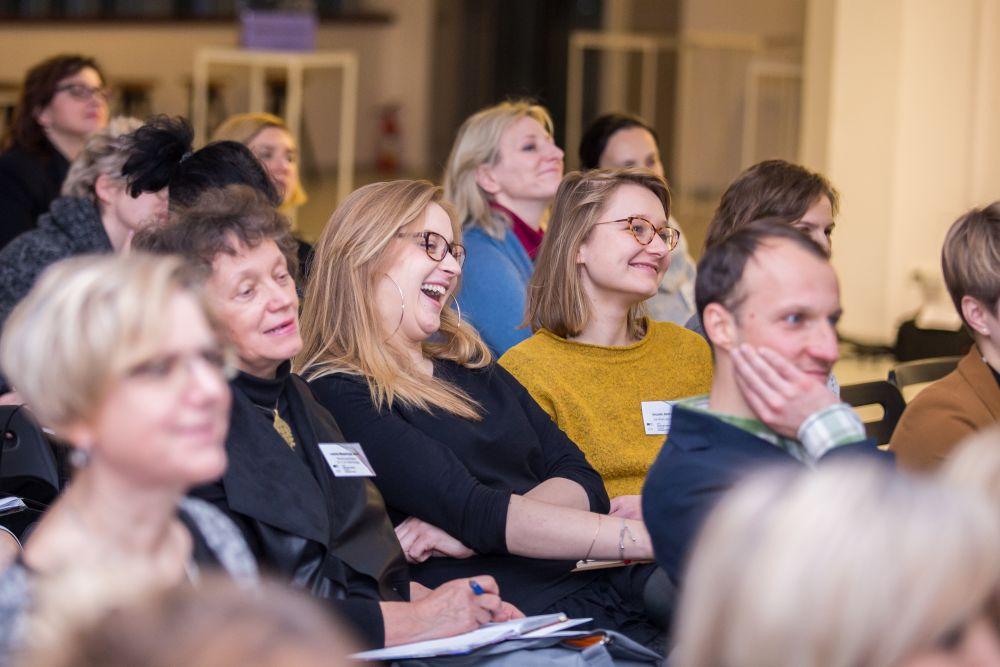 Uczestnicy śmieją się podczas spotkania
