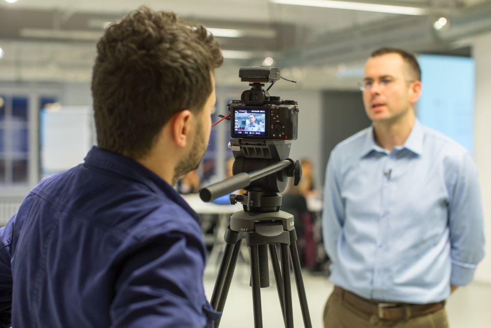 Marcin Skrabka wypowiada się dla lokalnych mediów