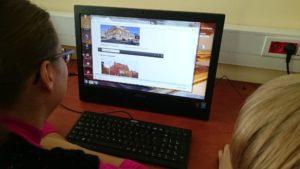 Ekran komputera podczas warsztatów z obrazkami architektury