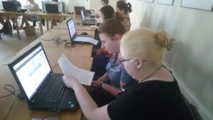 Uczestnicy warsztatu pracują nad grą HerkulesGO