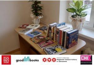 Węgierskie książki ułożone w rzędzie na biurku