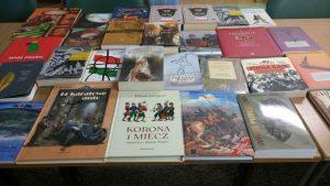 Węgierskie książki na biurku