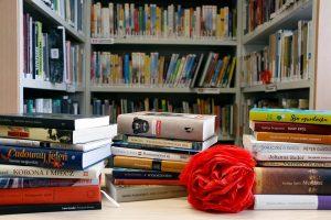 Artystyczne zdjęcie książek węgierskich na stole