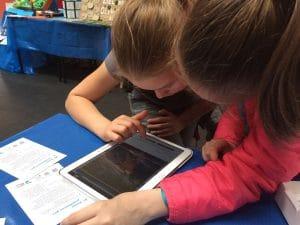 mobilne gry miejskie na Media Tent - dzieci grają w grę w aplikacji ActionTrack