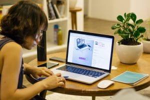 Kobieta pracująca na laptopie w pokoju