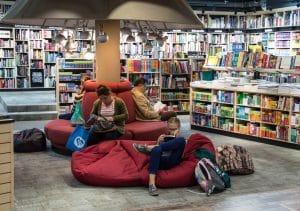 Osoby czytające książki w księgarni lub bibliotece