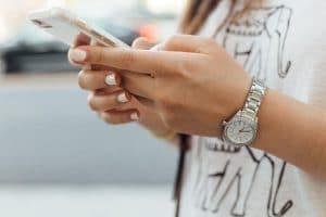 Ręce dziewczyny która trzyma telefon