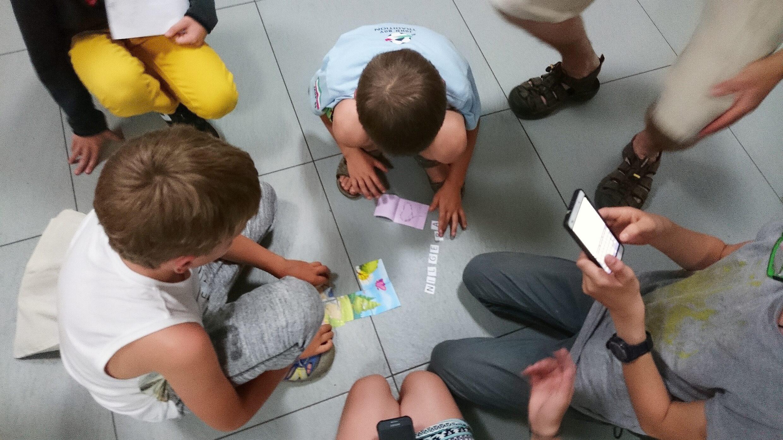 Dzieci grają w grę na podłodze
