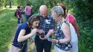 Kilka starszych osób gra w mobilną grę w Bukowcu