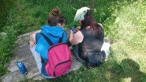 Dwie dziewczynki grają w grę mobilną w Bukowcu