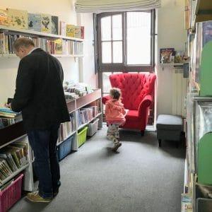 Czerwony fotel w bibliotece