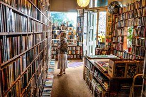 Duża księgarnia z wieloma ksiażkami
