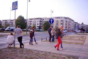 Wielu uczestników gra w grę miejską w Wilanowie