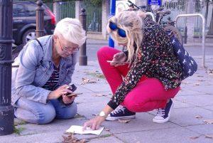Uczesticy gry miejskiej w Wilanowie na mieście