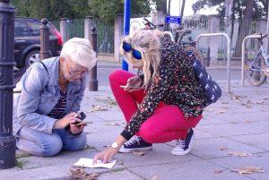 Uczestniczki gry mobilnej w Wilanowie