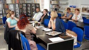 Dyskusja podczas szkolenia o budowaniu strategii biblioteki