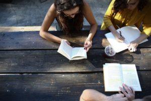Nastolatki przy książkach i zeszytach