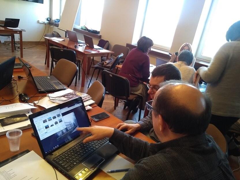 Praca przy komputerach podczas szkolenia z projektowania gier