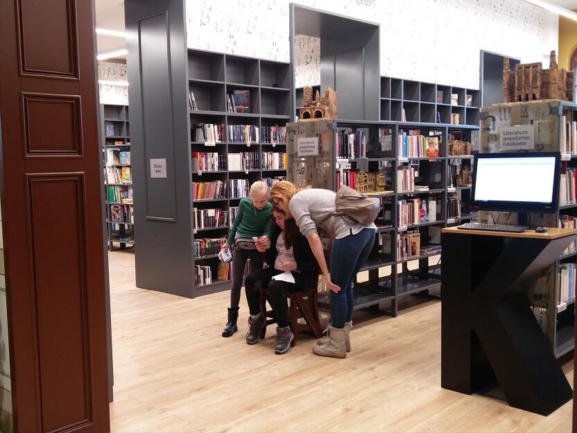 Gra mobilna w bibliotece