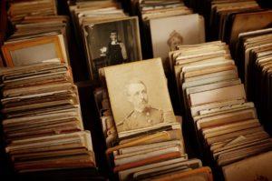 Stare pocztówki w bibliotece