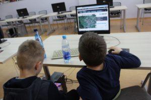 Dzieci projektują grę na półkolonii w Wołowie