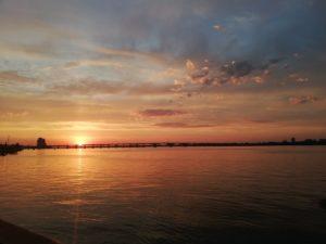 Jezioro i zachód słońca na Ukrainie