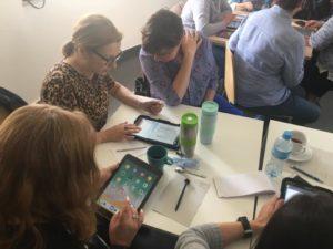 Nauka aplikacji mobilnych na szkoleniu dla bibliotekarzy w Piasecznie
