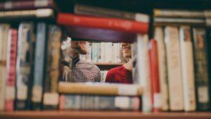 Ludzie zza książek w bibliotece