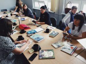 Oglądanie książek włoskich i hiszpańskich autorów