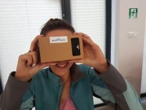 Kobieta w okularach VR