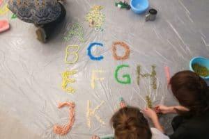 Alfabet z piasku podczas szkolenia Książka wszystkimi zmysłami