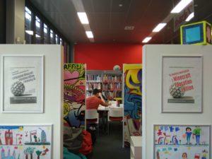 Plakaty w czytelni biblioteki w Chełmie
