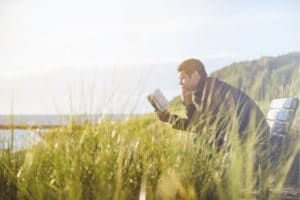Samotny czytelnik na łące