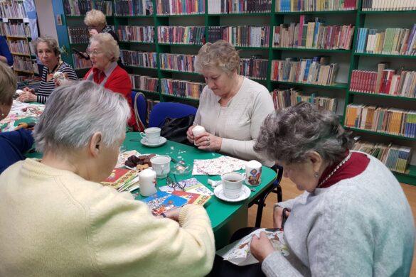 Spotkanie seniorów w bibliotece w Łazach