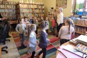 Dzieci w bibliotece w Lwówku Śląskim