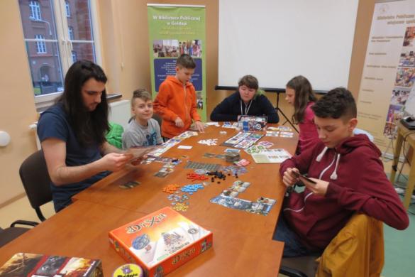 Młodzież gra w gry planszowe