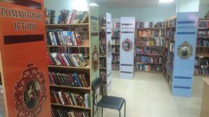 Półki z beletrystyką w bibliotece w Dnieprze