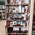 różne ludowe ozdoby w bibliotece w Dnieprze