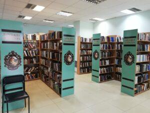 Półki z beletrystyką oznaczone kolorystycznie w Dnieprze