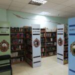 Półki Biblioteki w Dnieprze oznaczone kolorami
