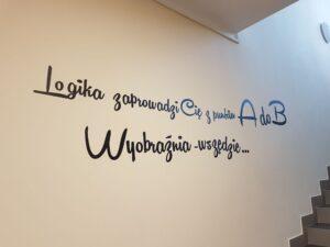 napis na ścianie w bibliotece w Pasztowej Woli